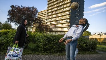 Inass a commencé le foot à l'âge de 10 ans. 4 ans plus tard, elle est toujours aussi passionnée et passe sa vie sur les terrains (3 entraînements par semaine) ou au pied des immeubles du quartier. Habitant la commune voisine de Laeken, elle aime passer son temps avec sa soeur, Samia, et leurs amis à Molenbeek : « Ici, les gens sont vraiment soudés. Quand on a besoin de quelqu'un, ils sont là. Et il y a toujours quelqu'un pour venir jouer avec nous ».