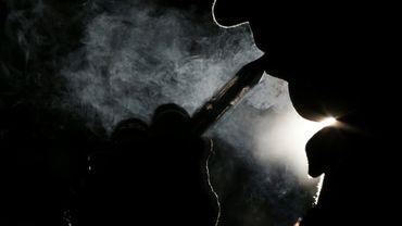 Fumeur de cigarette électronique le 12 septembre 2013 à Paris