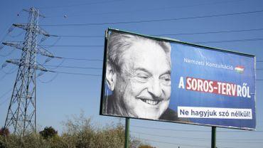 """Un panneau publicitaire avec George Soros avec l'inscription """"Consultation nationale sur le plan de Soros - Ne le laissez pas passer sans aucun mot""""."""