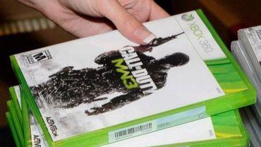 """Une femme saisit le jeu """"Call of Duty: Modern Warfare 3"""" dans un magasin à Las Vegas, aux Etats-Unis"""