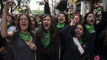 Des militantes pro-avortement manifestent devant le Congrès argentin à Buenos Aires.