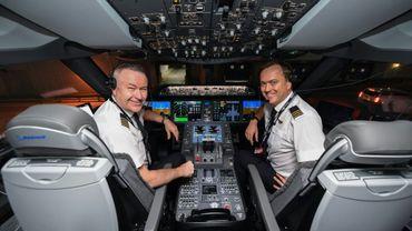 Deux des pilotes du vol New York - Sydney, Sean Golding (g) et Jeremy Sutherland (d), posent dans le cockpit de leur Boeing 787 Dreamliner avant le départ de New York, le 18 octobre 2019