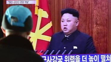 Kim Jong-Un lors de son traditionnel message télévisé du Nouvel An suivi sur un écran dans une gare à Séoul le 1er janvier 2015