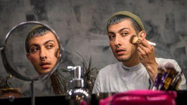 Gevorg, blogueur russe de 26 ans, prodigue des conseils de maquillage féminin.