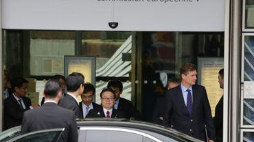 Le ministre japonais de l'Economie Hiroshige Seko (c) quitte le siège de la Commission européenne, le 10 mars 2018 à Bruxelles