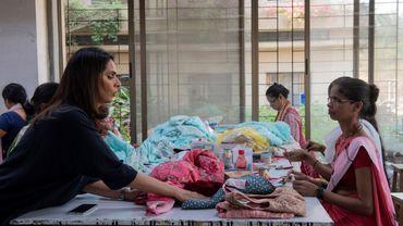 La couturière indienne Anita Dongre (à gauche), dont la marque se porte de Delhi à New York, met désormais sa réussite et sa ténacité de féministe au service de l'écologie.