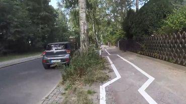 La piste cyclable enchaîne les angles droits pour éviter les arbres décidément trop nombreux et trop rapprochés.
