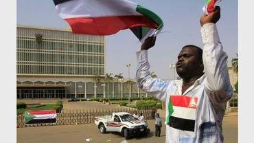Des soudanais arborrent des drapeaux du Sud-Soudan dans les rues de Jaba, le 9 juillet 2011