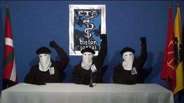 Capture d'image sur le site Gara.net montrant trois militants de l'ETA en train de faire une déclaration dans un lieu indéterminé