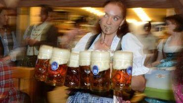 Une serveuse apporte des bières lors de l'Oktoberfest, la plus grande fête au monde dédiée à la bière, à Munich, le 22 septembre 2012