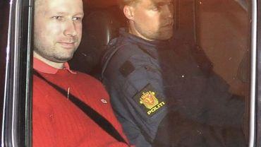 Anders Behring Breivik se rend à une audience en chandail Lacoste