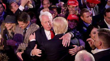 Robert Trump embrasse son frère Donald (de dos) pendant la campagne électorale de ce dernier, le 9 novembre 2016 à New York