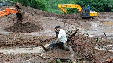 Un villageois qui a perdu 13 membres de sa famille pleure sur le site d'un glissement de terrain, à Malin, dans l'ouest de l'Inde, le 1er août 2014
