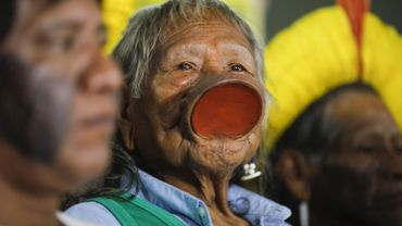 """Brésil : le cacique Raoni dans un état """"stable"""" après une transfusion sanguine"""