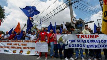 Manifestation de syndicalistes contre les tarifs douaniers imposés par le président américain Donald Trump sur l'acier, le 5 mars 2018 devant le consulat américain à Sao Paulo, au Brésil