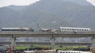 Vue générale des opérations de sauvetage, le 24 juillet 2011 près de Shuangyu, après l'accident entre un TGV et un autre convoi