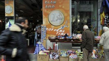 Des objets sont mis en vente à un euro pièce sur un stand de rue à Athènes, le 14 mars 2012