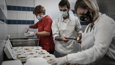 """Chefs-propriétaires de restaurants à Saintes, ils se sont lancés dans une """"aventure humaine"""" pour """"se sentir moins seul"""" après le """"deuxième coup de massue"""" du reconfinement."""