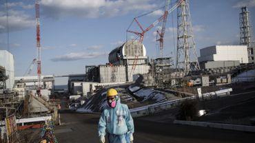 Un ouvrier de Tepco devant le site n°2 de Fukushima.