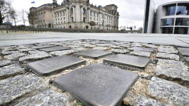 Des noms de victimes de l'Holocauste sur des petits pavés en laiton devant le Reichstag, le 30 janvier 2018 à Berlin