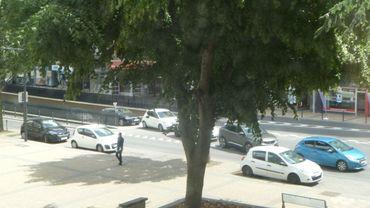 La sortie du parking Rive gauche à Charleroi: une file continue de véhicules souvent à l'arrêt