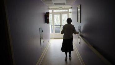 Une personne âgée souffrant d'Alzheimer dans le couloir d'une maison de retraite, le 18 mars 2011 à Angervilliers