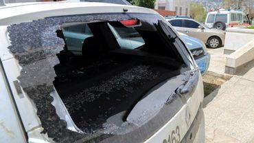 Photo prise le 21 avril 2018 à Taëz, dans le sud du Yémen, montrant la vitre arrière brisée d'un véhicule du Comité internationbale de la Croix-Rouge qui transportait Hanna Lahoud, un employé libanais du CICR qui a été tué par balles