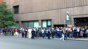 Environ 1000 personnes se sont présentées à l'Office des étrangers ce lundi matin, c'est un record absolu.