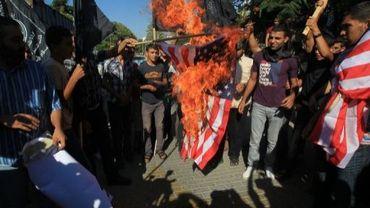 Des Palestiniens brûlent le drapeau américain pour protester contre un film anti-islam, le 12 septembre 2012 à Gaza