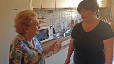 Les aides à domicile insistent spécialement auprès des plus âgés pour qu'ils boivent davantage d'eau en période de fortes chaleurs