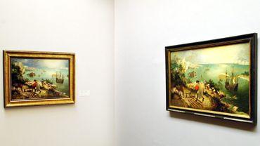 """Deux versions de """"La chute d'Icare"""" de Brueghel, aux Musées royaux des Beaux-Arts de Belgique."""