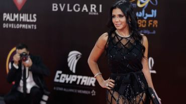 Rania Youssef a défilé habillée d'une robe moulante en haut et droite et transparente en bas laissant voir ses jambes