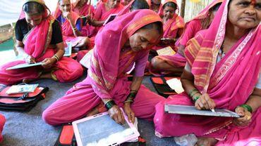 """Agées de 60 à 90 ans, ces femmes sortent de l'analphabétisme grâce à """"l'école des grand-mères""""."""