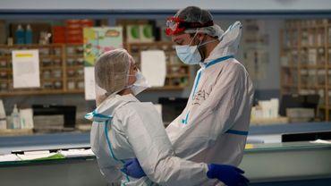 Deux soignants s'étreignent à l'hôpital de Leganès (Espagne) le 16 octobre 2020