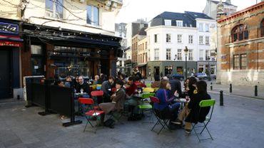 Dans le quartier Saint-Géry, il y a plus de 30 bars, des terrasses partout et des concerts.