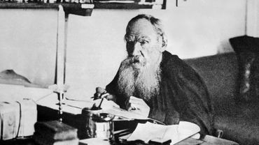 L'écrivain Léon Tolstoï écrit dans son cabinet de travail à Iasnaîa Poliana en 1909.