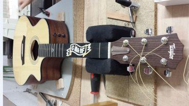 Incrustation de nacre sur le manche de la guitare des Girls in Hawaii