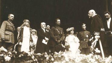 Sur cette photo prise au moment du discours du Bourgmestre Gustave Kleyer, on peut reconnaître, de gauche à droite : le Maréchal Foch, la Reine Elisabeth, le Président Raymond Poincaré, le Roi Albert, Madame Poincaré, le prince Léopold et Gustave Kleyer (qui fait face aux précédents)
