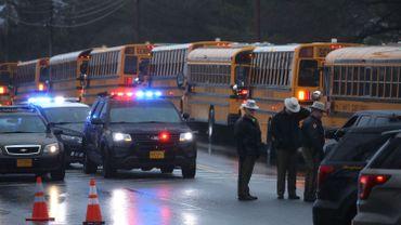 Les forces de police sont présentes à proximité de l'école