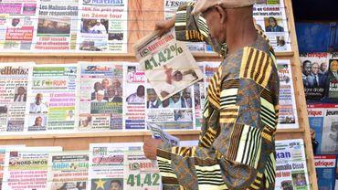 Un homme achète un quotidien rapportant les résultats du premier tour de l'élection présidentielle au Mali, le 3 août 2018 à Bamako.