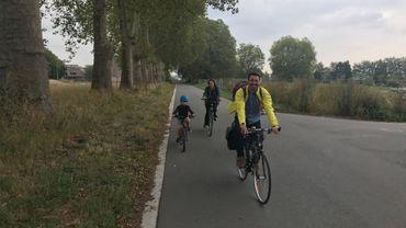 Loin du centre-ville de Mons, la famille de Mathieu et d'Astrid prend du plaisir sur le chemin de l'école.