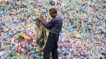Centre de tri de bouteilles en plastique dans le village de Dong Xiao Kou, à la périphérie de Pékin, le 17 septembre 2015.