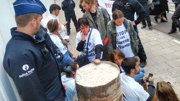 De nombreux policiers ont rapidement encadré l'action des militants de la LDH et du MRAX.