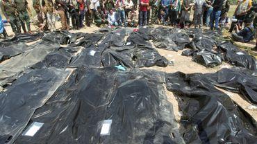 Des Irakiens se recueillent près de corps de personnes qui auraient été tuées par le groupe Etat islamique, dans la ville de Tikrit, le 12 avril 2015