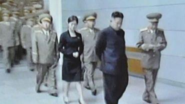 Capture d'écran de la télévision nord-coréenne où l'on voit le dirigeant Kim Jong-Un (c) suivi par une jeune femme, le 8 juillet 2012 à Pyongyang