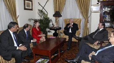 Réunion entre le président du Panama Ricardo Martinelli (au centre) et la représentante espagnole Ana Pastor à Panama City le 6 janvier 2014