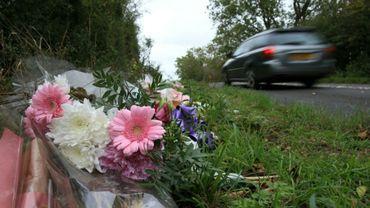 Des fleurs près de la base aérienne britannique de Croughton, le 10 octobre 2019 dans le Northamptonshire, où Harry Dunn a été tué