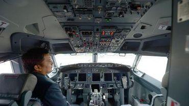 Un pilote indonésien aux commandes d'un Boeing 737-900 de la compagnie Batik Air, le 25 avril 2013 à Tangerang, près de Jakarta