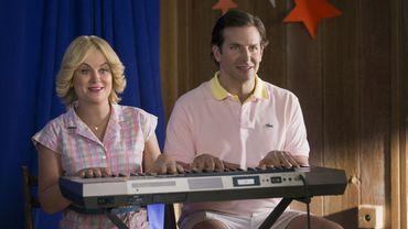 "Amy Poelher et Bradley Cooper dans la série de Netflix ""Wet Hot American Summer : First Day of Camp"""