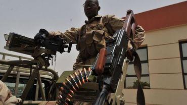 Soldat malien de garde à l'aéroport de Bamako